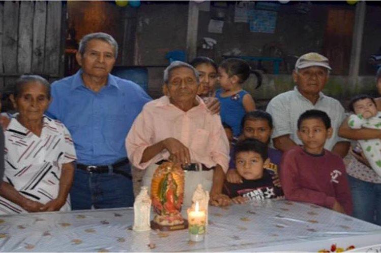 Ambrocio Méndez celebró su cumpleaños 116 con familiares y amigos. (Foto Prensa Libre: Dony Stewart)
