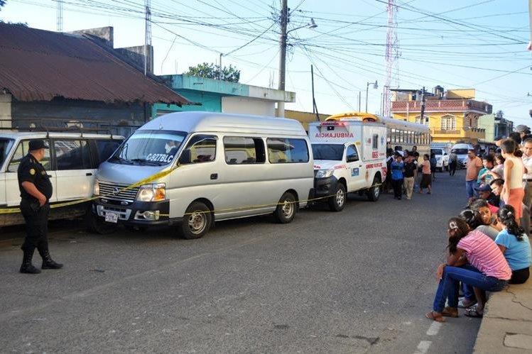 Autoridades y curiosos de Colomba, Quetzaltenango, observan cadáver de piloto. (Foto Prensa Libre: Alexánder Coyoy)