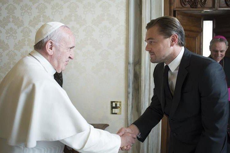 El papa Francisco y el actor estadounidense Leonardo di Caprio conversan sobre temas del medioambiente. (Foto Prnesa Libre: AFP)