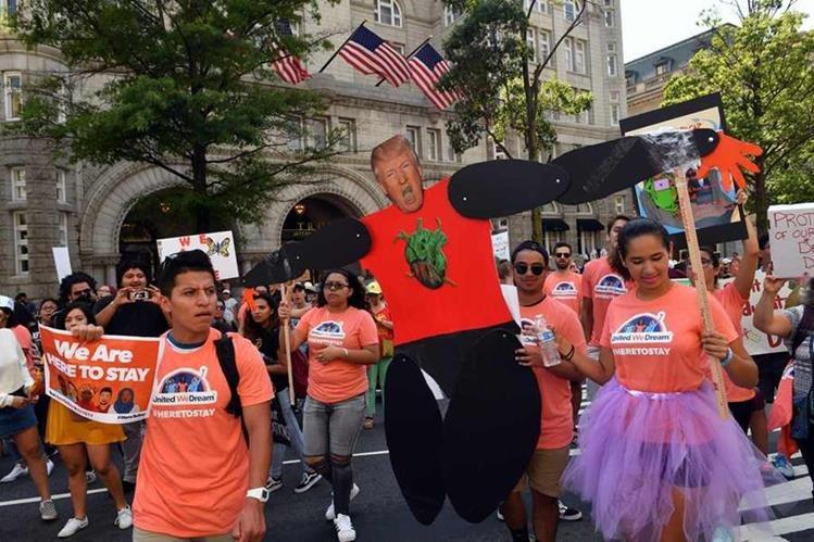 Por medio de varias manifestaciones en distintas ciudades de EE. UU., soñadores y defensores de inmigrantes rechazaron la decisión del Gobierno. (Foto Prensa Libre: AFP)