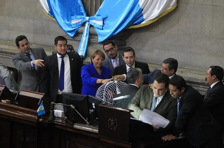El martes último se designó, en el Congreso, la comisión pesquisidora que conocerá el caso de antejuicio contra el presidente Jimmy Morales. (Foto Prensa Libre: Esbin García)