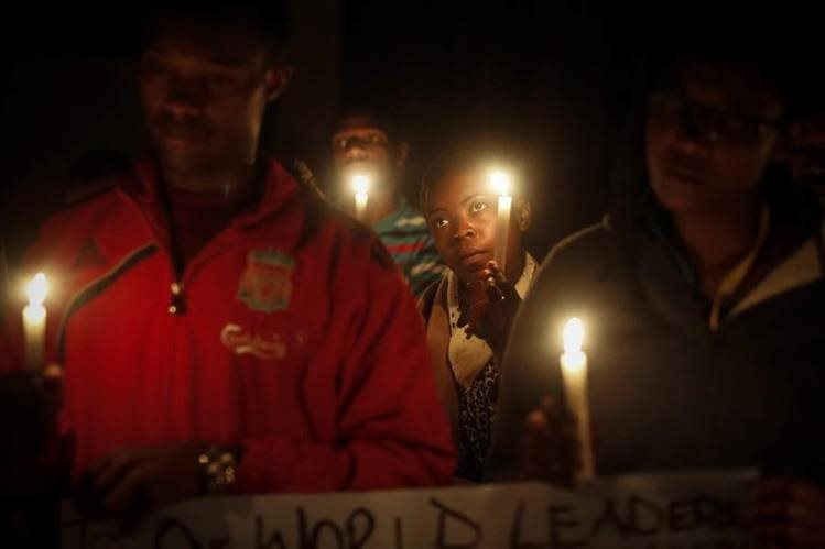 Estudiantes participan esta semana en una vigilia en Nairobi, Kenia, en donde pidieron el cese de la violencia. (Foto Prensa Libre: EFE).
