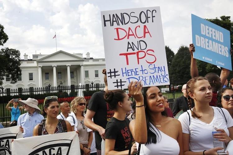 Las protestas continúan frente a la Casa Blanca de estuciantes indocumentados que condenan el fin del DACA.(AP).
