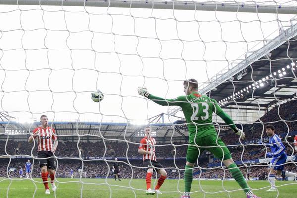 Diego Costa, observa como ingresa el balón al fondo de la portería y ponía en ventaja temporal al Chelsea (Foto Prensa LibreAP )