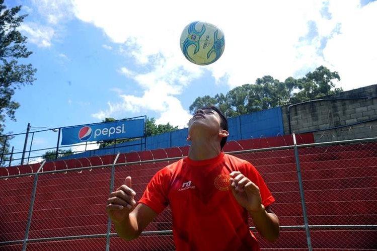 El escarlata John Méndez es el jugador Sub 17 que más minutos ha disputado en el Apertura 2016. En la Liga Nacional está inscrito como jugador de la filial (Foto Prensa Libre: Edwin Fajardo)