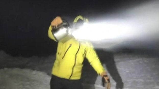 Un hombre produciendo nieve con agua hirviendo. (OBSERVATORIO DE MOUNT WASHINGTON)