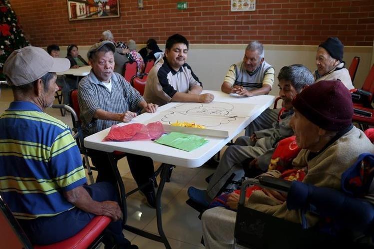 Un grupo de adultos mayores residentes del hogar Amparo de San José participa en una sesión de terapia ocupacional. (Foto Prensa Libre: Mike Castillo).