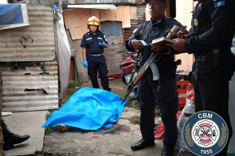 Una mujer fue asesinada en la avenida Ferrocarril, zona 1. Foto Prensa Libre: Bomberos Municipales.