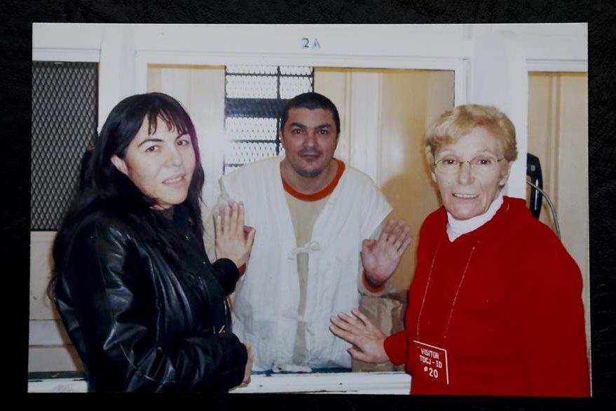 Ada Saldaño y Víctor Saldaño junto a su madre Lidia Guerrero en una imagen de archivo. (Foto Pensa Libre: AP).