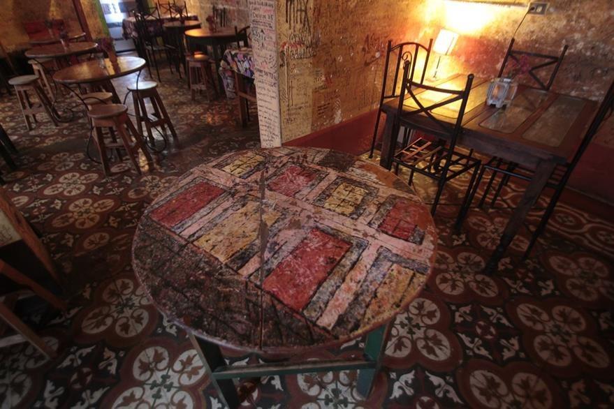 El bar Las Cien Puertas conserva mesas pintadas por Giovanni Pinzón (Foto Prensa Libre: Erick Ávila)