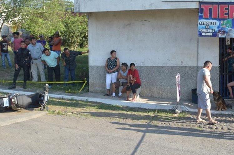 Curiosos observan el lugar donde ocurrió el ataque en la zona 3 de la cabecera de Escuintla. (Foto Prensa Libre: Enrique Paredes).