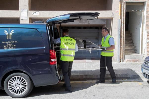 El servicio judicial de Badalona sacan al cadáver de la mujer del edificio donde ocurrió el hecho. (Foto Prensa Libre. EFE)
