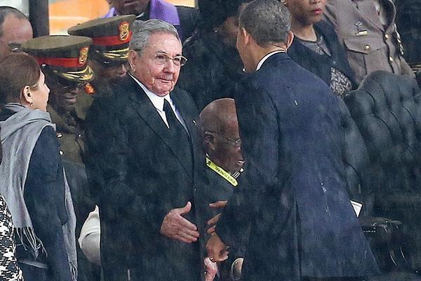 El presidente estadounidense Barack Obama estrecha la mano con el mandatario cubano, Raúl Castro, en Sudáfrica. (Foto Prensalibre:AP)
