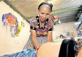 Las mujeres encargadas de la labor del parto son vistas como guías y se ganan el respeto de las comunidades. María Alejandra Raxón Gómez revisa un caso en Cerro Partido, Chinautla. (Foto Prensa Libre: Álvaro Interiano)