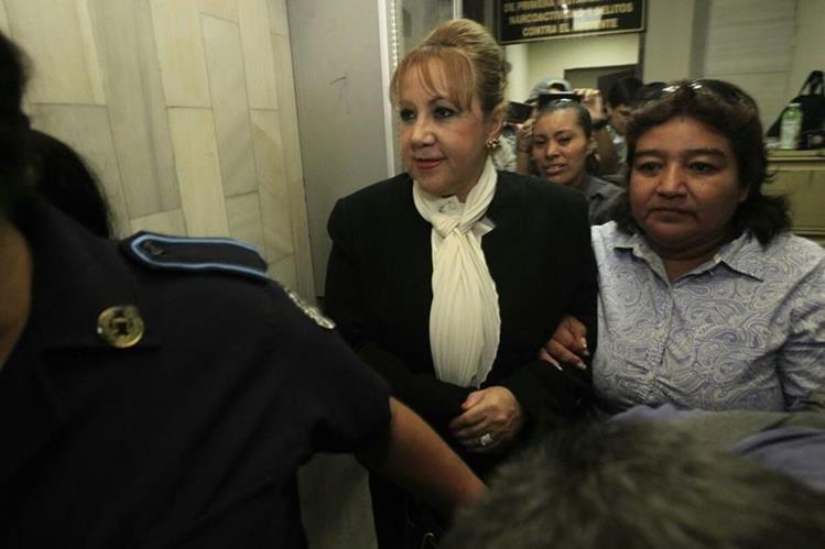 Blanca Stalling al salir de Tribunales este martes. Foto Prensa Libre: Carlos Hernández.