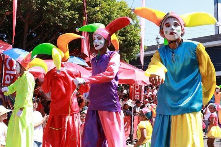Carrozas, comparsas, bandas musicales engalanaron este martes las calles de Mazatenango, Suchitepéquez. (Foto Prensa Libre: Cristian Icó)