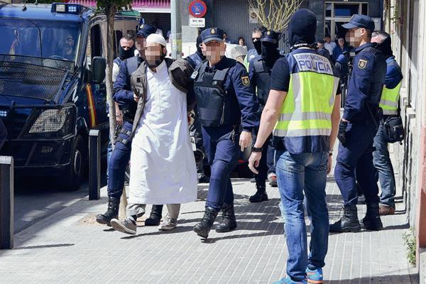 Dos personas  fueron detenidas por difundir contenidos terroristas. (Foto Prensa Libre:EFE).