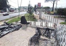 Algunas bases y restos de hierros fue lo que quedó del paso a desnivel en el Km 14 de la calzada Roosevelt que en su momento, las autoridades ofrecieron como el proyecto más grande después del desnivel de Tecún Umán. (Foto Prensa Libre: Érick Ávila)