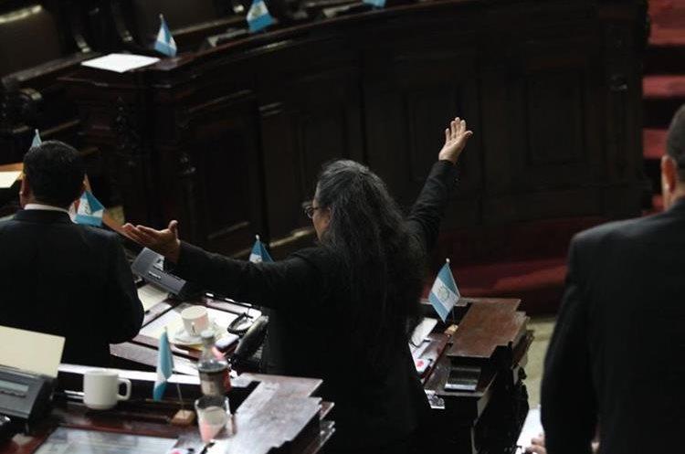 """La diputada Sandra Moran gritó a sus colegas diputados: """"Corruptos"""" y calificó las votaciones como un """"paquete de impunidad""""."""