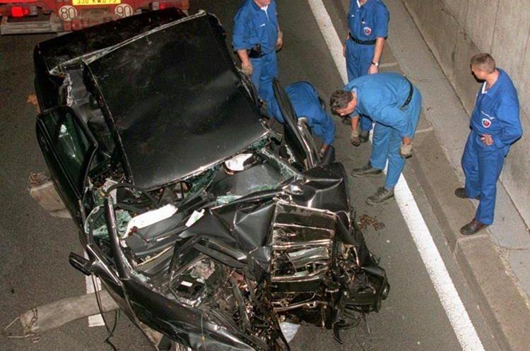 Estado en el que quedó el auto donde se conducían Diana y Dodi Al Fayed y que se accidentó en el tunel bajo el Puente del Alma en París. (Foto: AP)