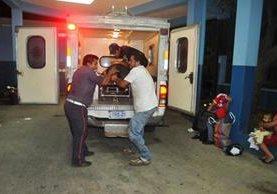 Una de las personas heridas durante un ataque armado en Pajapita, San Marcos es trasladada a un centro asistencial. (Foto Prensa Libre)