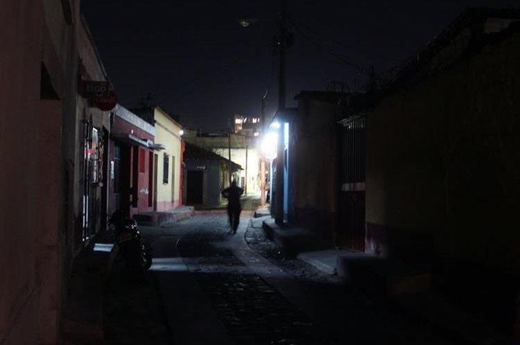 Debido a la oscuridad de las calles de Xela, sectores de la ciudad señalan aumento de casos de violaciones. (Foto Prensa Libre: María José Longo)
