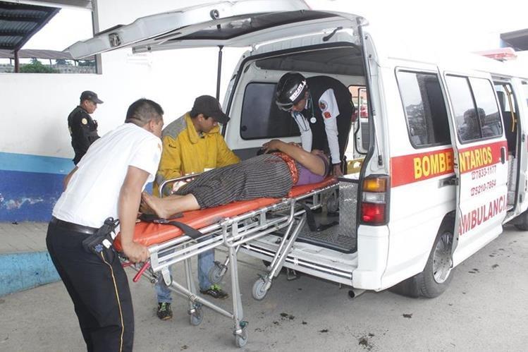Víctimas son trasladadas al centro asistencial por socorristas. (Foto Prensa Libre: Víctor Chamalé)