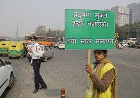 """<span class=""""hps"""">Un voluntario</span> <span class=""""hps"""">participa en la campaña anti</span><span class=""""hps"""">contaminación</span><span>&quot;</span> <span class=""""hps"""">en Nueva</span> <span class=""""hps"""">Delhi,</span> <span class=""""hps"""">India. (Foto Prensa Libre:AP).</span>"""
