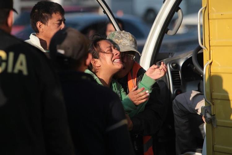Escenas de dolor se vivieron cuando la esposa del repartidor de golosinas llegó a reconocer el cadáver. (Foto Prensa Libre: Érick Ávila)