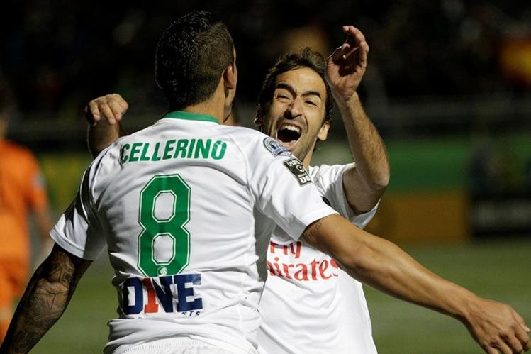 Raúl festeja uno de los goles de su equipo de este domingo. (Foto Prensa Libre: AFP)