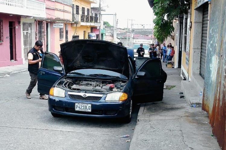 Autoridades inspeccionan vehículo del candidato a alcalde de San Lorenzo, Henry Ayala. (Foto Prensa Libre: Melvin Popá)