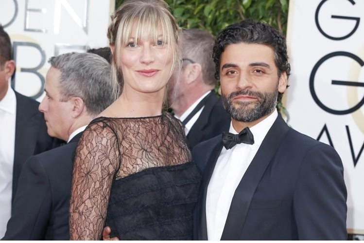 Óscar Isaac llegó a los Globos de Oro junto a Elvira Lind. (Foto Prensa Libre: healthyceleb.com)