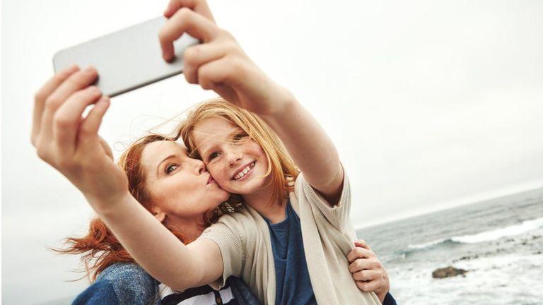 Darle a los hijos su primer teléfono es una importante decisión familiar. (Getty Images).