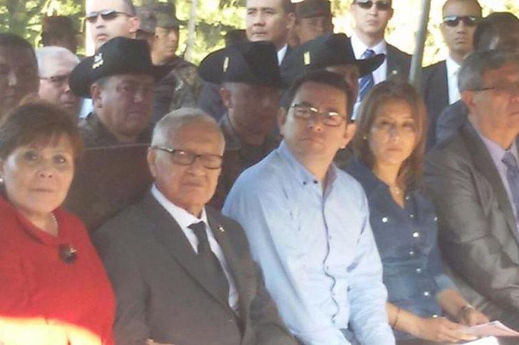 Alejandro Maldonado y Jimmy Morales, durante la entrega de viviendas. (Foto Prensa Libre: Presidencia)