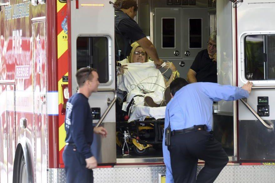 Una mujer herida es llevada a un centro asistencial. (Foto Prensa Libre: AP).