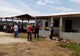 Vecinos llegaron al lugar donde fueron encontrados los cuatro cuerpos. (Foto Prensa Libre: Rigoberto Escobar)