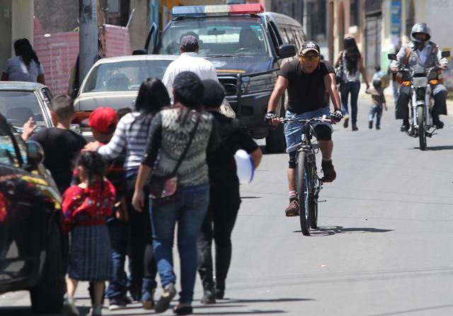 Una ciclovía dará más seguridad a las personas que utilizan este medio de transporte en zonas transitadas en Mixco. (Foto Prensa Libre: Érick Ávila)