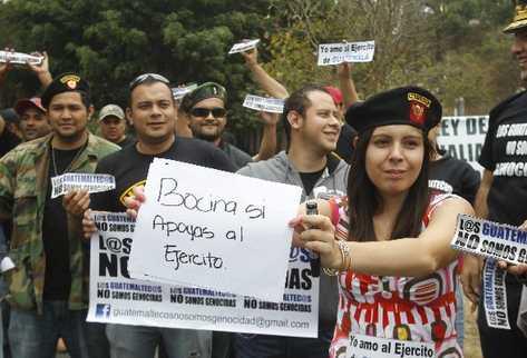 FAMILIARES Y amigos de militares se manifiestan    en la colonia Lourdes, zona 16.