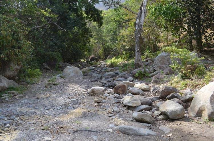 El lugar por donde fluía el Río Grande en la aldea Apantes. El afluente se secó. (Foto Prensa Libre: Mario Morales)