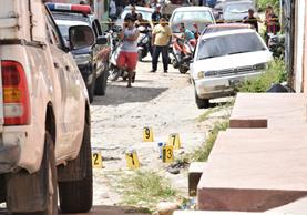 La mujer fue asesinada frente a su vivienda en Zacapa. (Foto Prensa Libre: Mario Morales)