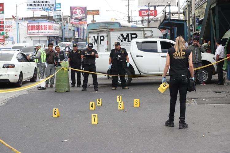 Peritos del Ministerio Público levantaron evidencias en el lugar donde Atacan vehículo comercial de una empresa de telefonía. (Foto Prensa Libre: Hemeroteca)