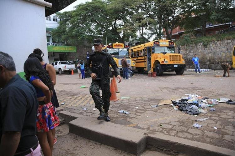Un soldado camina en Tegucigalpa, capital de Honduras, uno de los países más violentos de Centroaméria. (Foto Prensa Libre: EFE).