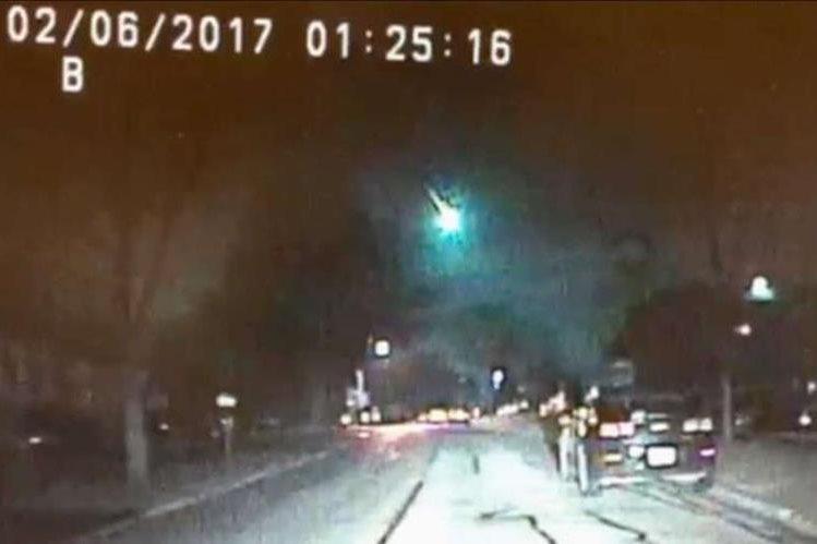 Imagen de video tomada por la Policía de Lisle, Illinois muestra al meteorito pasando por el lago Michigan. (AP).