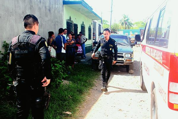 El cuerpo  de Emilio Francisco Vicente Ixcot quedó en el interior del vehículo P-671BLG, en la zona 3 de Escuintla. (Foto Prensa Libre: Melvin Sandoval)