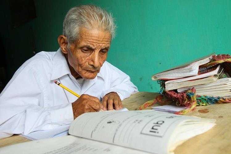 Emilio Juárez Enríquez, de 80 años, cada día se esfuerza por hacer bien sus tareas. (Foto Prensa Libre: Alvaro Interiano)