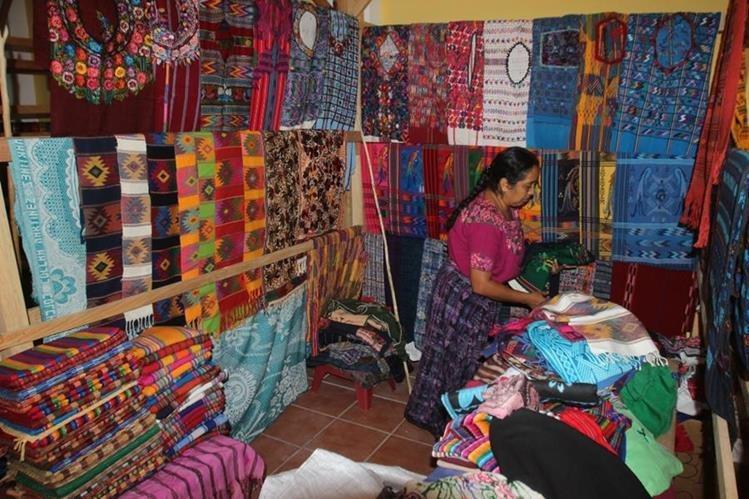 Uno de los locales del mercado de artesanías de San Antonio Agua Calientes. (Foto Prensa Libre: Miguel López).