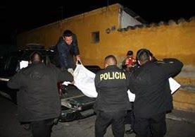 Agentes de la PNC retiran el cadáver de un hombre que fue ultimado en Jocotenango, Sacatepéquez. (Foto Prensa Libre: Renato Melgar)