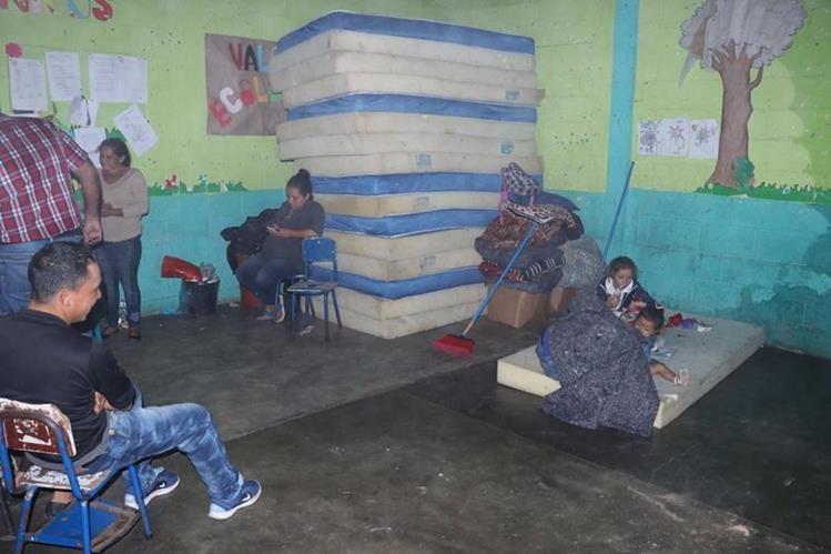 Varias familias permanecen en albergues en El patrocinio, San Vicente Pacaya, Escuintla. (Foto Prensa Libre: Cortesía)