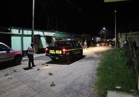 Una unidad de la PNC resguarda la escena del crimen donde murió un joven de 18 años en un ataque armado en la cabecera de Jalapa. (Foto Prensa Libre: Hugo Oliva)