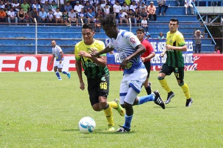 Marvin Ávila domina el balón ante la mirada de Rudy Barrientos. (Foto Prensa Libre: Cristian Soto)